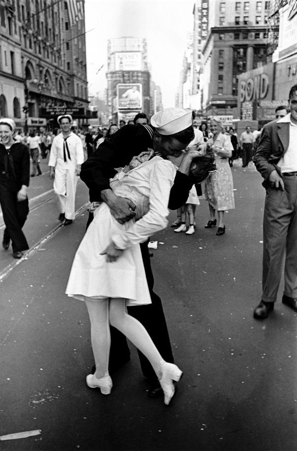 Alfred Eisenstaedt Kuss Times Square - 100 JAHRE LEICA FOTOGRAFIE