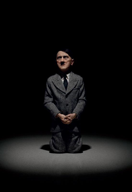 Hitler Skulptur von Maurizio Cattelan